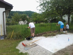 Urejanje okolice barake (odstranjevanje mreže, priprava za betonažo mulde)_1