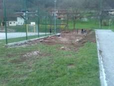 Grabljenje izkopanih in nasutih delov okolice igrišča_11