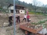 Grabljenje izkopanih in nasutih delov okoliceigrišča_17