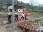 Grabljenje izkopanih in nasutih delov okolice igrišča_17