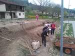 Grabljenje izkopanih in nasutih delov okoliceigrišča_18