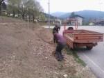 Grabljenje izkopanih in nasutih delov okoliceigrišča_21