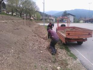 Grabljenje izkopanih in nasutih delov okolice igrišča_21