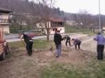 Grabljenje izkopanih in nasutih delov okolice igrišča_7
