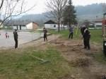 Grabljenje izkopanih in nasutih delov okoliceigrišča_8