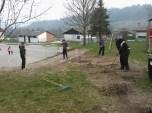 Grabljenje izkopanih in nasutih delov okolice igrišča_8